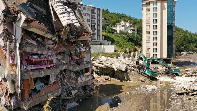 Les inundacions a la costa del Mar Negre a Turquia han provocat l'esfondrament d'edificis