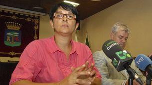 La consellera de Seguretat i Emergències i el president del cabildo de Hierro, María del Carmen Padrón i Alpidio Armas, durant la roda de premsa en què han demanat calma a la població. (Foto: EFE)
