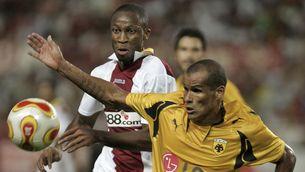 Rivaldo i Keita, un altre exblaugrana, en un partit entre el Brasil i Mali.
