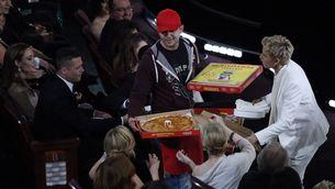 Ellen DeGeneres reparteix porcions de pizza a l'audiència, com Brad Pitt i Angelina Jolie. (Foto: Reuters)