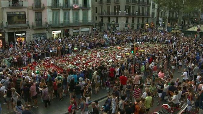 El mosaic de Miró es converteix en el final improvisat de la manifestació