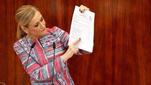 La presidenta madrileña, Cristina Cifuentes, comparece en un pleno extraordinario de la Asamblea de Madrid, a petición de la oposición, para dar explicaciones sobre las supuestas irregularidades del m