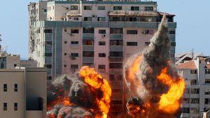 Moment en què dues explosions impacten en l'edifici on tenien les oficines Al Jazeera i AP a Gaza (REUTERS/Ashraf Abu Amrah)