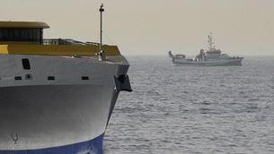 Un dels vaixells que participa en la recerca de les dues nenes desaparegudes a Tenerife (EFE / Miguel Barreto)