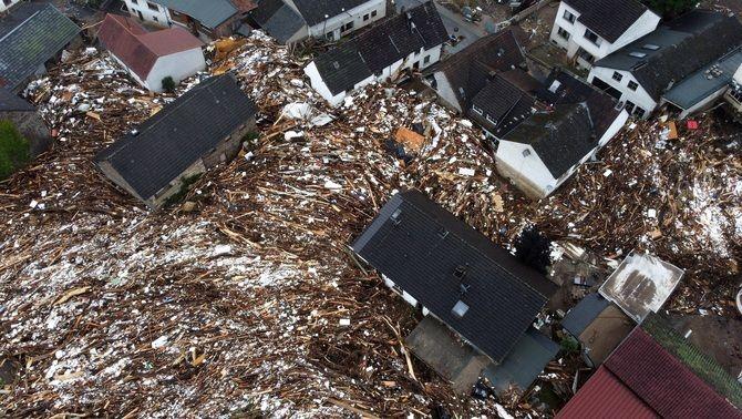 Fusta, runa i fang s'acumulen als carrers de Schuld, al sud de Bonn, a vista de dron (EFE/EPA/Sascha Steinbach)