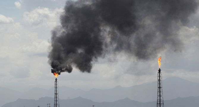 Flames a torres d'una petroquímica