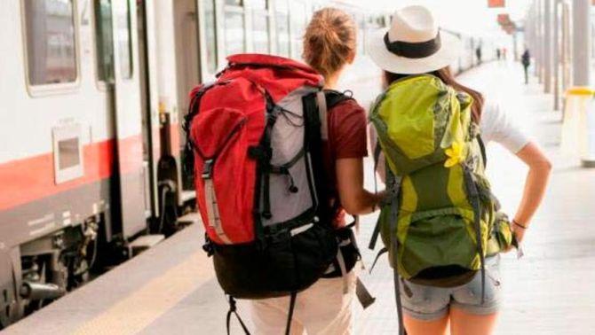 Dues joves viatgeres, en una andana