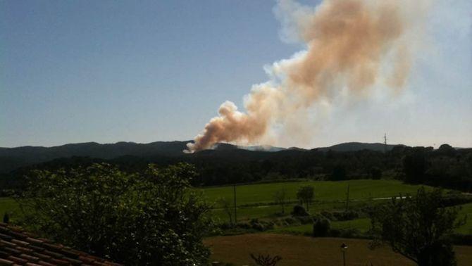 Els bombers donen per controlat l'incendi a les Gavarres que ha cremat 6,5 hectàrees