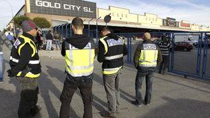 Agents de la policia a les portes del polígon Cobo Calleja, a Fuenlabrada, on s'estan fent els escorcolls (Foto: EFE)