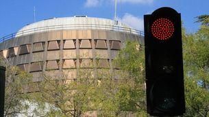 L'edifici del Tribunal Constitucional, amb un semàfor en vermell en primer pla (ACN)