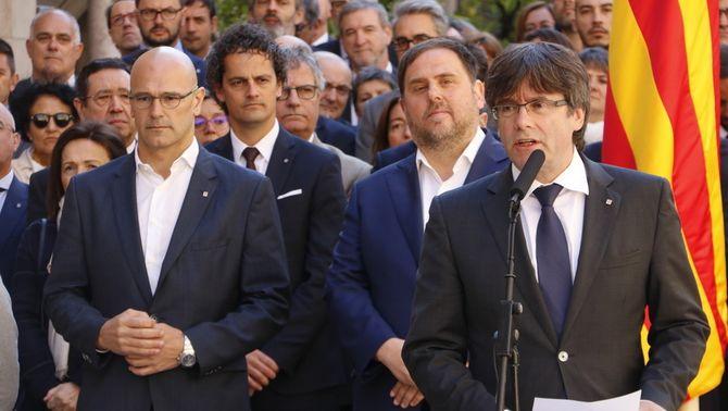 Puigdemont, Junqueras i Romeva després de signar el compromís pel referèndum al Palau de la Generalitat (ACN)