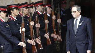 Torra saluda un grup de Mosso d'Esquadra (EFE)