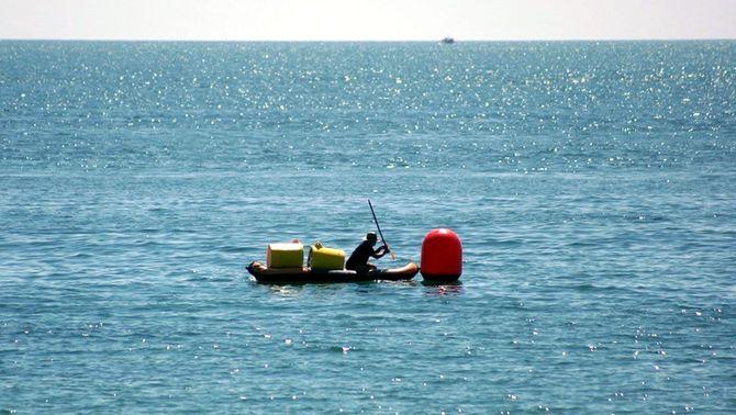 L'Ampolla instal·la vuit boies que eliminen els microplàstics del mar