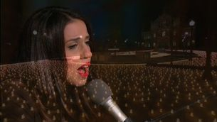 """La Marató: Gemma Humet interpreta """"Un núvol blanc"""" durant l'encesa d'espelmes a Sant Pau"""