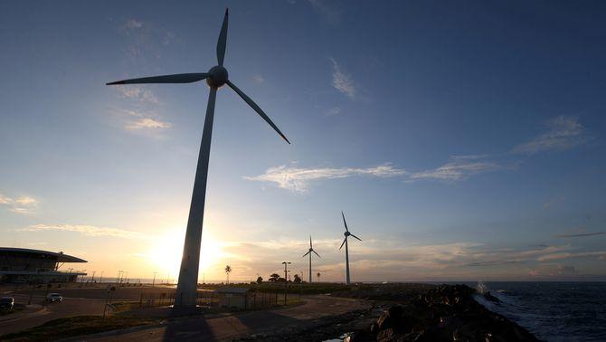 El preu de la llum es desploma pel fort vent i cau a 1,42 euros el megawatt hora
