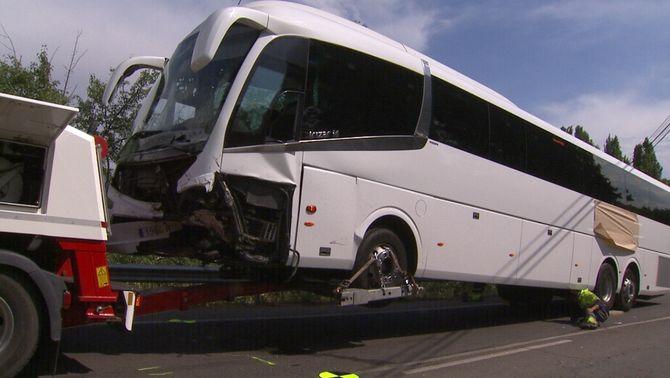 Un home mort i almenys sis ferits en el xoc entre un autocar escolar i un cotxe a Lleida