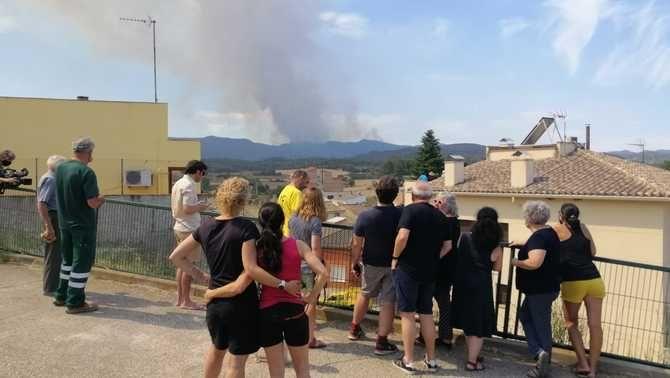Veïns de Sant Martí de Tous veient com l'incendi saltava la carena en la seva direcció