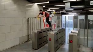 Identificat el noi que va saltar les vies a l'estació del metro de Barcelona