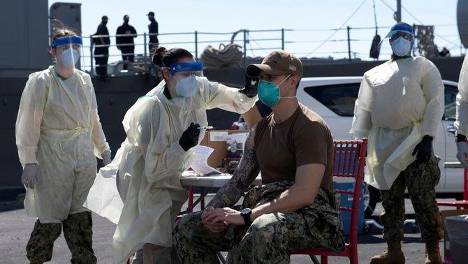 Un soldat de la marina dels EUA rep la vacuna contra la Covid al creuer cuirassat USS San Diego