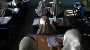 Nenes afganeses en una escola de Kabul
