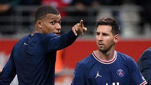 Mbappé fa una indicació a Messi al final d'un partit del PSG