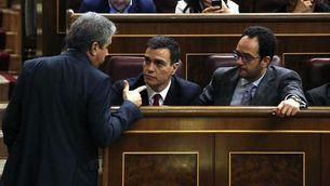 Francesc Homs parlant al Congrés amb el líder del PSOE, Pedro Sánchez, i el portaveu parlamentari socialista, Antonio Hernando (EFE)