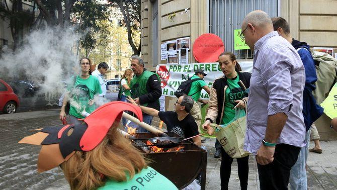 Col·lectius pel dret a l'habitatge exigeixen a la Generalitat que destini els seus edificis buits a famílies desnonades