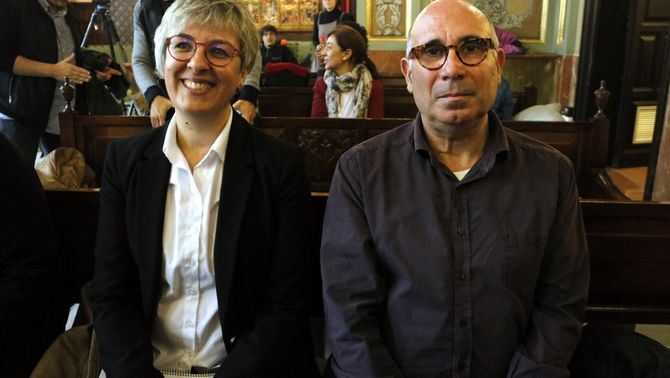 Pla mitjà on es poden veure Jordi Rovira i Anna Garcia, guanyadors del 36è Premi Vallverdú i 24è Premi Màrius Torres, respectivament, el 15 de novem…