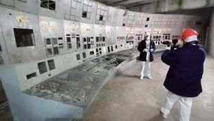 L'equip de Tv3 gravant a la sala de control número 4 de la central nuclear de Txernòbil
