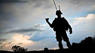 Perfil a contrallum d'un soldat a l'Afganistan