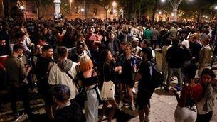 Concentracions festives al carrer en la primera nit sense toc de queda ni estat d'alarma