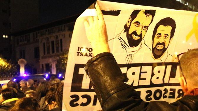 Una pancarta demanant la llibertat de Cuixart i Sànchez en una manifestació la tardor de 2017