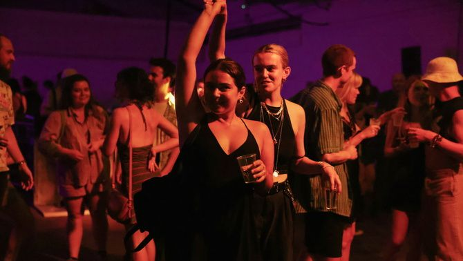 Persones ballant sense mascareta en el club Oval Space de Londres