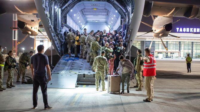 Evacuats de Kabul baixen d'un avió alemany a l'Uzbekistan