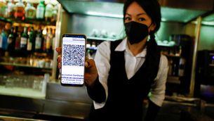 Una treballadors italiana mostra el passaport Covid per poder treballar