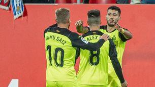 El Girona agafa oxigen amb una victòria agònica a Anduva (1-2)