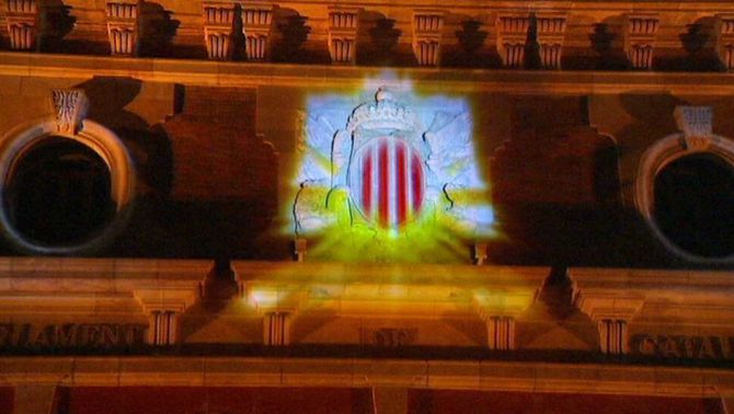 L'escut de Catalunya torna a lluir a la façana del Parlament 70 anys després