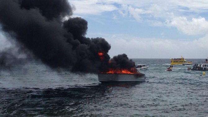 S'incendia un vaixell de petites dimensions a la bocana del port de l'Estartit