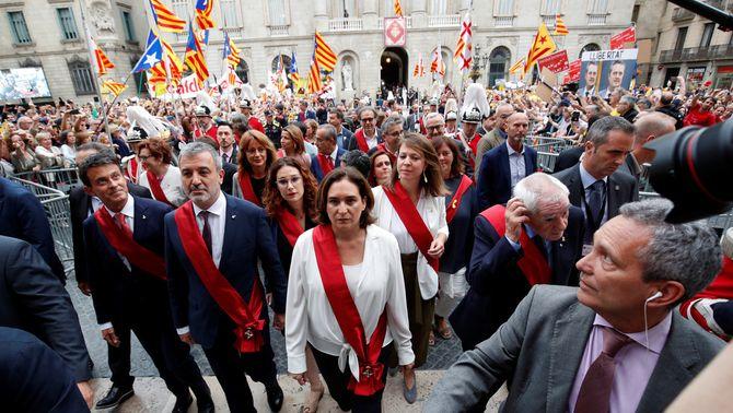 Partidaris i detractors del pacte de Colau es concentren davant l'Ajuntament