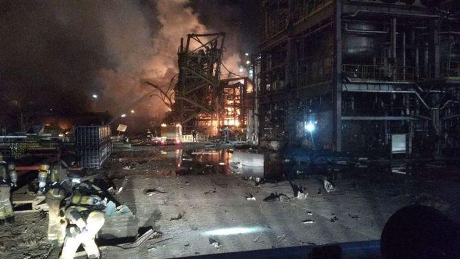 Un mort, vuit ferits i un desaparegut en una explosió a la petroquímica de Tarragona