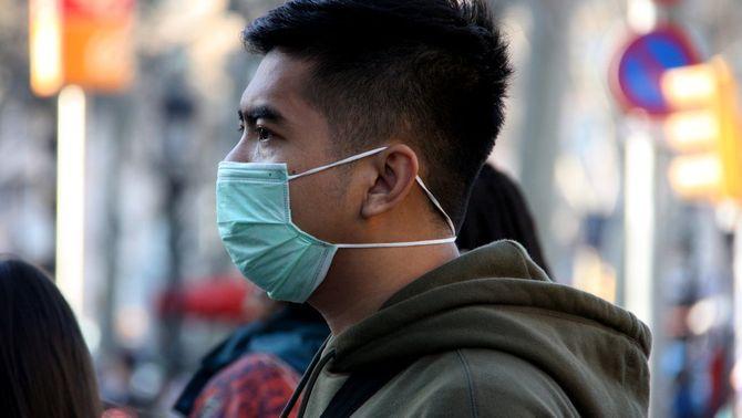 La mascareta també protegeix qui la porta: la quantitat de virus inhalat seria menor