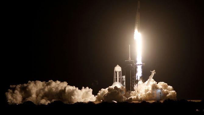 Space X i la NASA envien la primera nau tripulada a l'Estació Internacional des dels EUA
