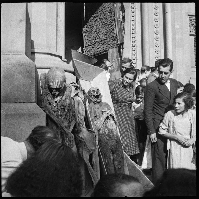 'Exhibició de les mòmies de les monges, convent de les Saleses, passeig de Sant Joan', Barcelona 1936
