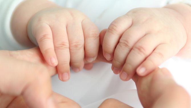Una nena d'un any parla amb signes amb el seu pare sord, en un vídeo viral
