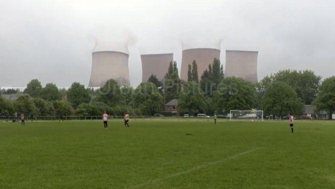 La demolició de quatre torres interromp un partit de futbol