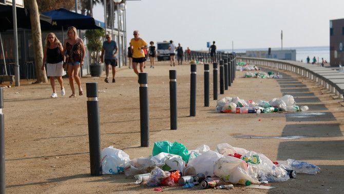 Deixalles abandonades al Passeig Marítim de la Nova Icària, aquest diumenge al matí