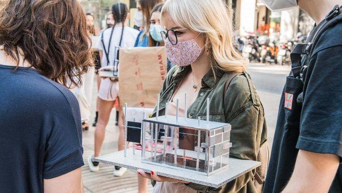 Pla mitjà d'una estudiant subjectant el seu projecte de remodelació per un quiosc de la Rambla de Barcelona. Imatge cedida l'11 de juny de…