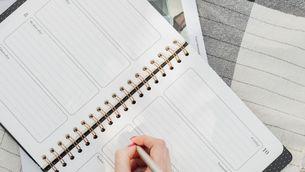 Una dona escrivint en una agenda