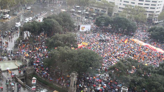Vista aèria de plaça Catalunya amb la manifestació en defensa de l'espanyolitat.
