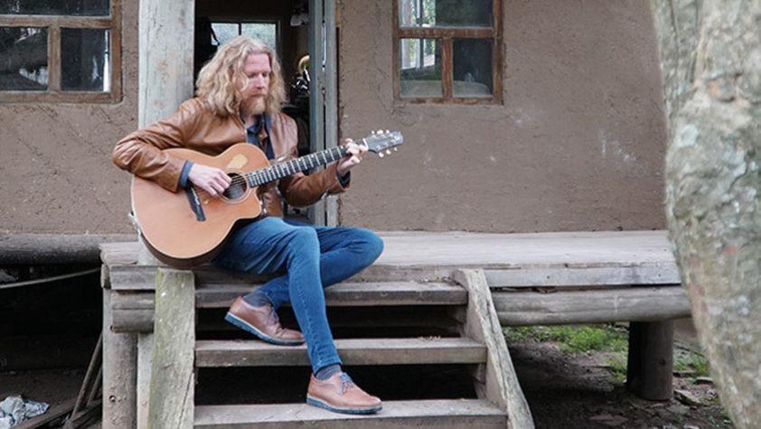 Halldor Mar tocant la guitarra
